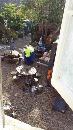 The Red Lion: Müllabfuhr rollt über Kies. 6 Uhr 20 morgens