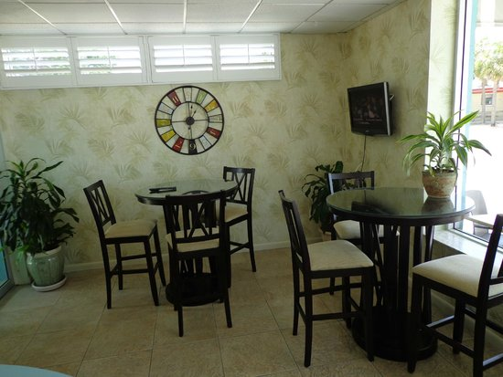 Palm Pavilion Inn: Seating area in lobby for guests to have coffee and relax