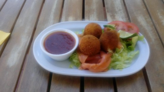 Bunkers Bistro & Grill: Smoked salmon and fresh fishcakes with a sweet chilli dip