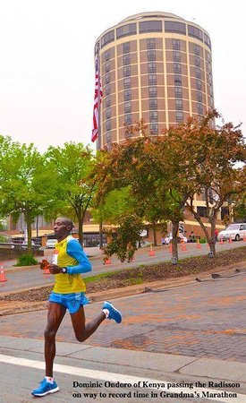 Radisson Hotel Duluth - Harborview: Ondoro passes by Radisson on way to winning marathon in record time