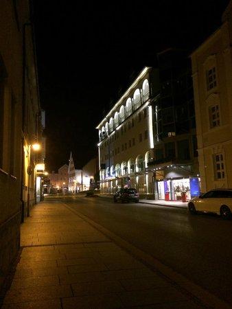 Hotel Schlosskrone : Night view of street outside