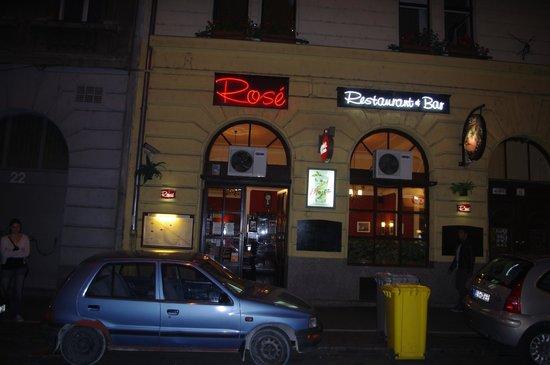 Rose Restaurant: La façade de nuit