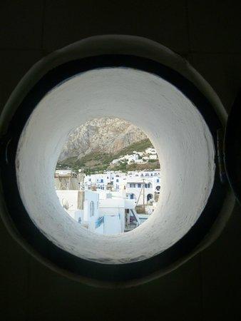 Hotel Miké: il y a un petit hublot dans la salle de bain. Il donne sur une super vue sur le village d'Aegial