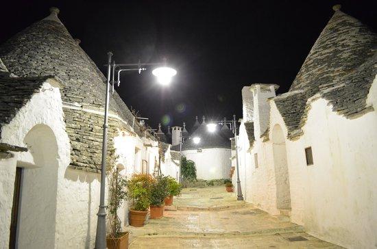 I Trulli di Alberobello - World Heritage Site: 夜の町並み