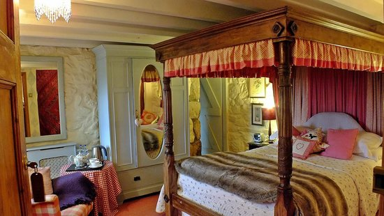 Ednovean Farm: The cosy Pink room with hand carved four poster bed