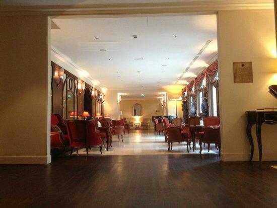 Auberge du Jeu de Paume : Hall avec accès au bar