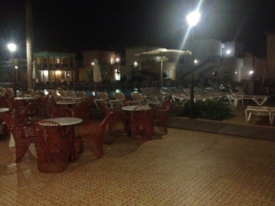 Broncemar Beach: Poolside at night