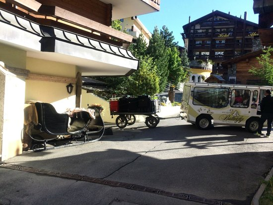 BEST WESTERN Hotel Butterfly : Sleigh and shuttle outside hotel