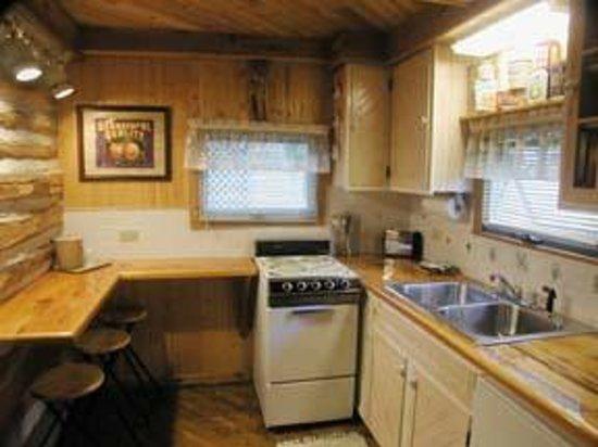 O'Malley's Inn: Log Cabin Kitchen