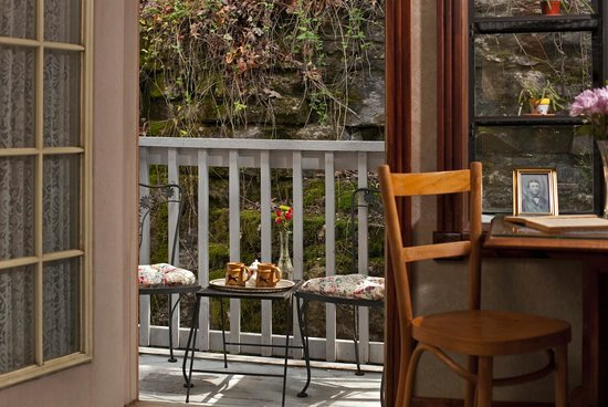 Cliff Cottage Inn - Luxury B&B Suites & Historic Cottages: Thoreau Suite balcony