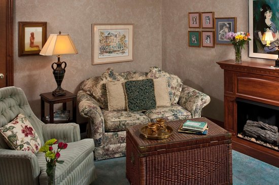 Cliff Cottage Inn - Luxury B&B Suites & Historic Cottages: Thoreau livingroom