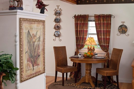 Cliff Cottage Inn - Luxury B&B Suites & Historic Cottages: Oscar Wilde diningroom
