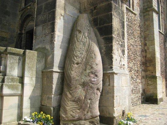 Cathédrale de Saint-Julien de Mans : 願い事の叶う石