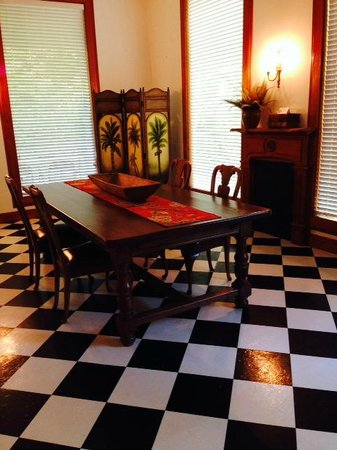 Le Village Guesthouse: Spacious dining area at Grand-pere's House
