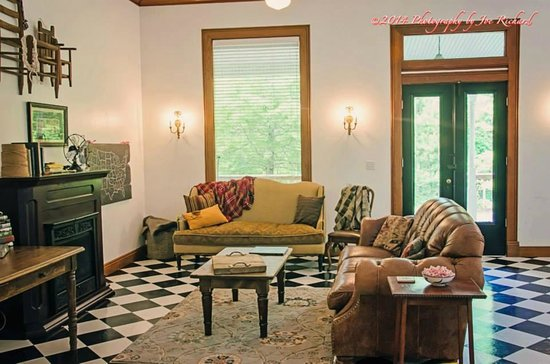 Le Village Guesthouse: Comfy sofas in living area at Grand-pere's House