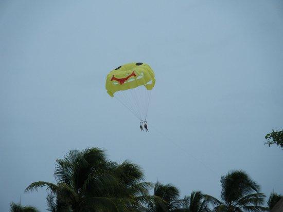 Iberostar Quetzal Playacar : parasailing