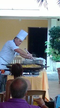 Hotel Best Tenerife : de kok live paella maken bij het zwembad