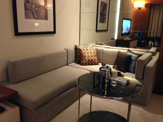 Jumeirah Emirates Towers : sitting area in room