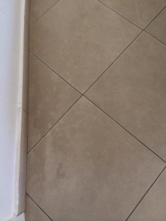 Nana Beach Hotel : Fliessen / Tiles AFTER cleaning