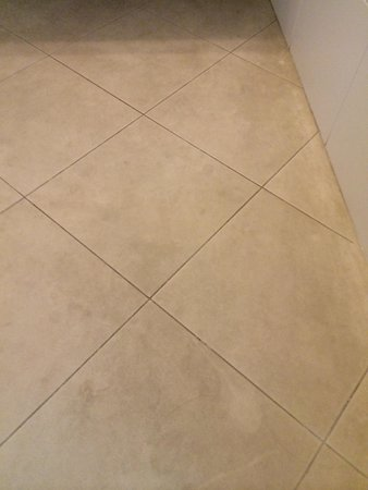 Nana Beach Hotel : another pic of the cleaned tiles