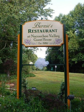 Bernie's Restaurant at Nacoochee Valley Guest House: Signage!