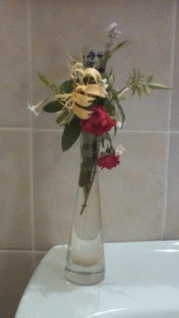 Mongardino, Italien: Fresh flower arrangement in bathroom