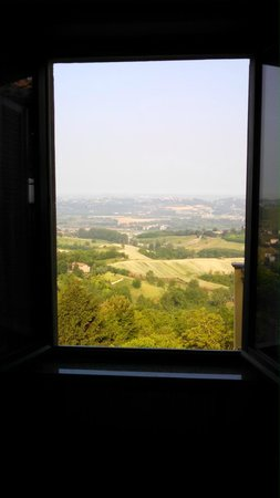 Mongardino, Italien: View from my bed looking out window