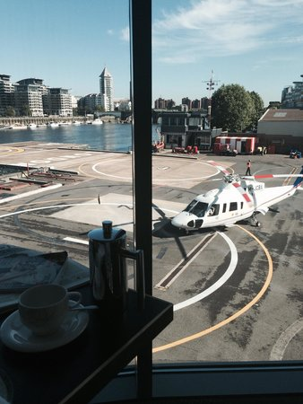 Crowne Plaza London - Battersea: Breakfast watching the helicopters land