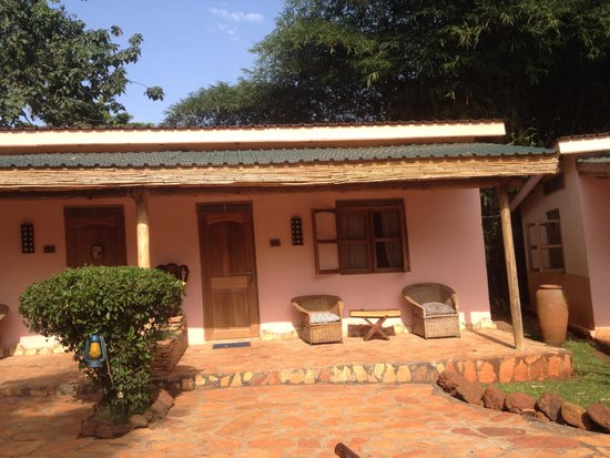 2 Friends Guest House: poolside rooms