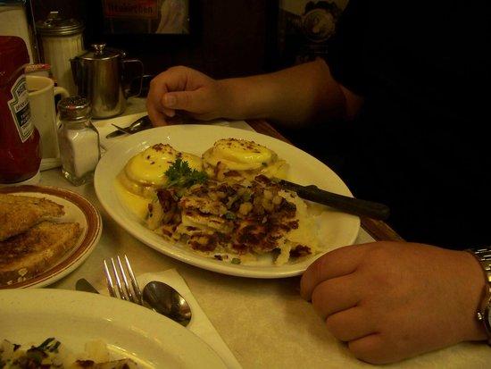 Nini's Coffee Shop: Eggs benedict