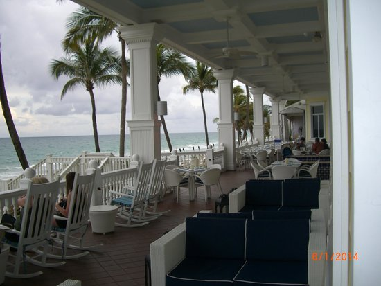 Pelican Grand Beach Resort, A Noble House Resort : Porch at the Pelican