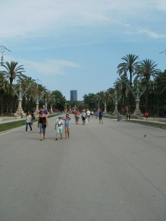 Arc de Triomf : Path leasing down from the Arc