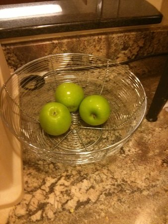 Americas Best Value Inn Grand Forks: Fruit offering at 7 AM