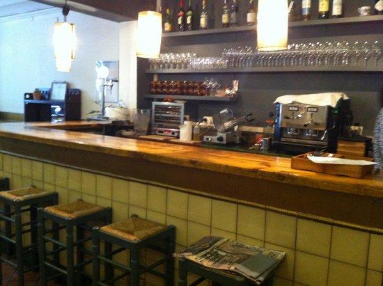 Restaurant Embat : 店内(反対側が席になっています。)
