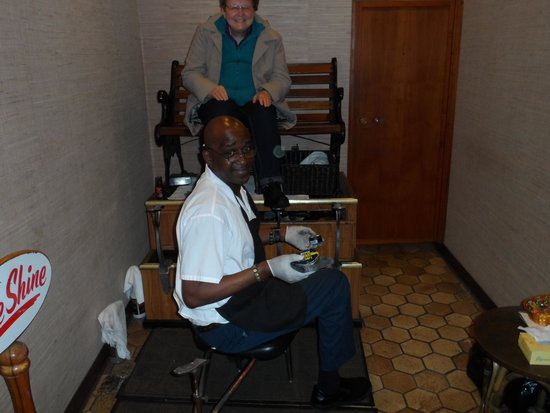 The Hotel Captain Cook: Lobby Shoe Shine