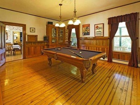 The Perennial Inn: Enjoy a game of pool each evening.