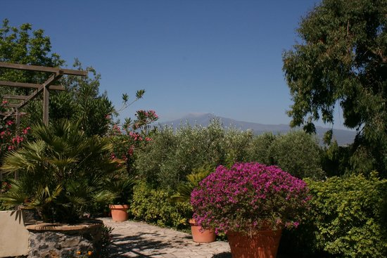 Castello di San Marco Charming Hotel & SPA : The view of Etna from the gardens