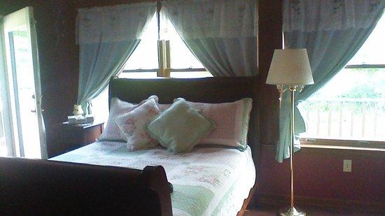 Phelps, estado de Nueva York: Sleigh bed in Rose Suite bedroom 1