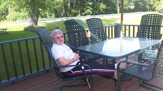 Yorkshire Inn: Mom relaxing on the deck