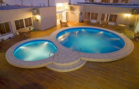 global hotel piscinas en tiempo fro y jacuzzi