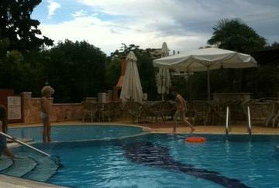 Paradise Lost Hotel-Apartments: первое фото по прибытии. бассейн без хлорки, с соленой водой. особая гордость отеля