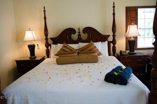Villa Beach Cottages: Four-post, Colonil-style bed