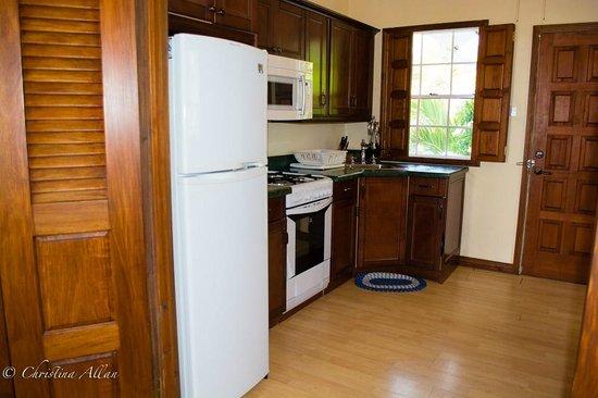 Villa Beach Cottages: Kitchen