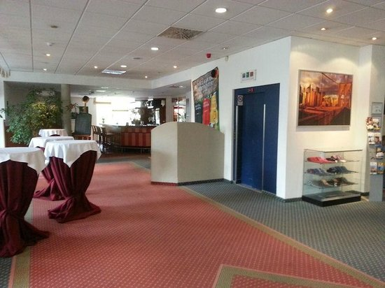 Quality Hotel Dresden West: Lobby & Elevator
