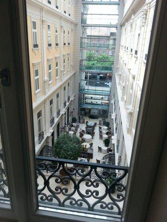 Corinthia Hotel Budapest : Vista dalla camera sul ristorante centrale