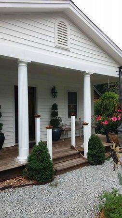 Arrowhead Inn: The cottage