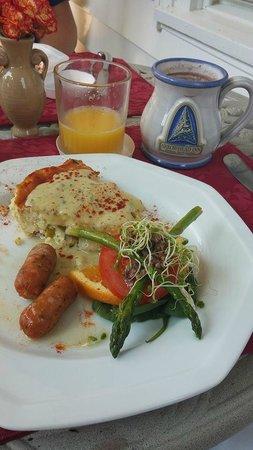 Arrowhead Inn: Breakfast on the porch