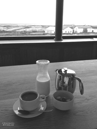 Inis Meain Restaurant & Suites: Breakfast with a view.