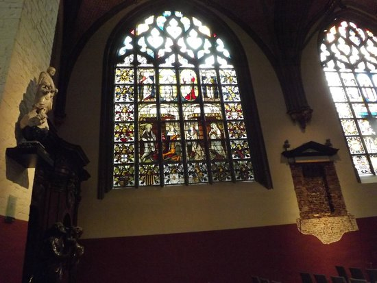 Liebfrauenkathedrale (Onze-Lieve-Vrouwekathedraal): beautiful stained glass window
