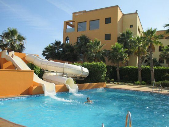 Playamarina Spa Hotel: zona piscina con toboganes